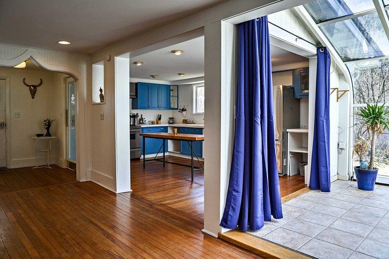 rideaux bleu royal peuvent être utilisés pour fermer la terrasse de toit en verre.