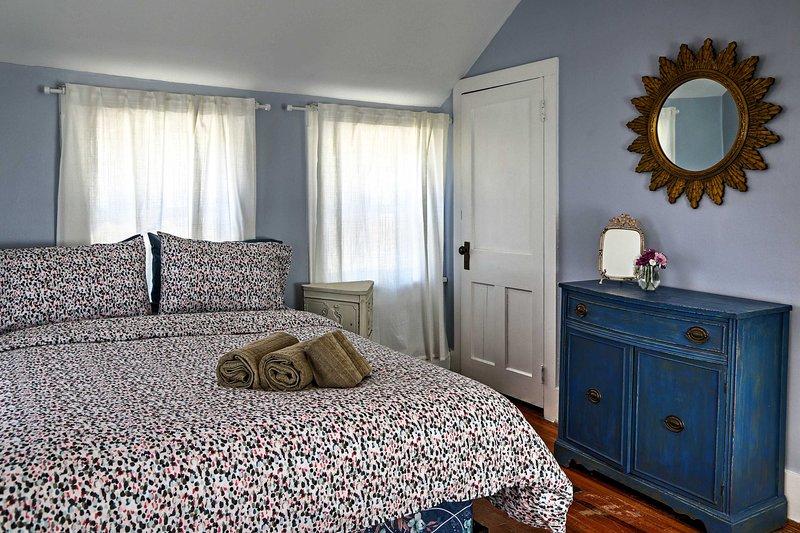 Une bonne nuit de sommeil vous attend dans le lit queen avec une couette florale mignonne.