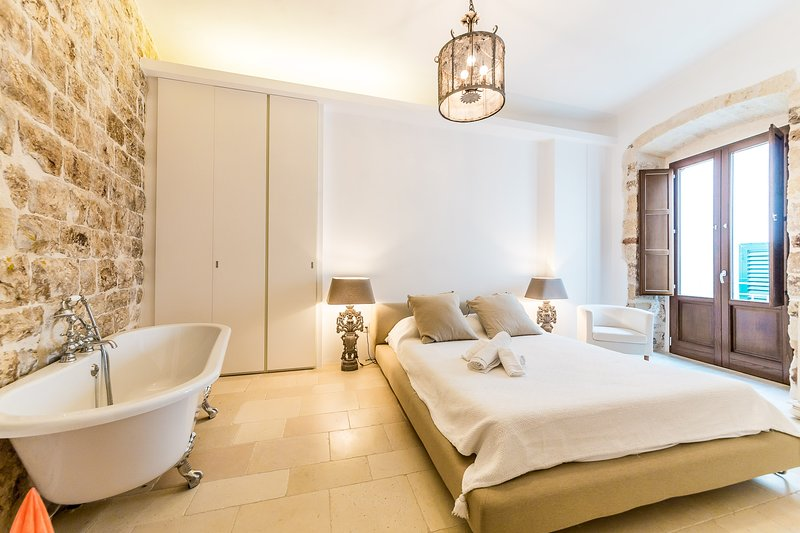 Itaca Home to Explorers in Polignano a Mare with Jacuzzi on the terrace, alquiler vacacional en San Vito