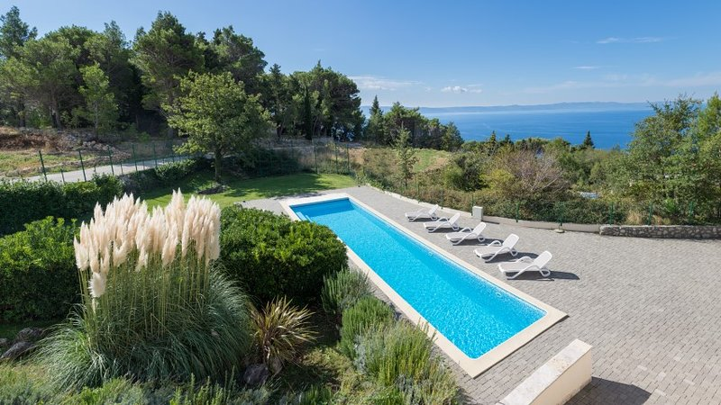 Villa with a pool for rent, Makarska