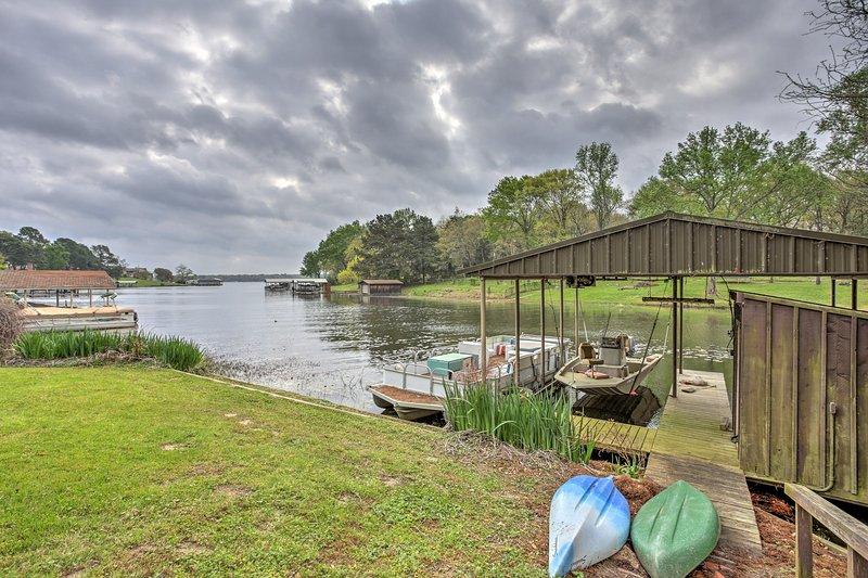 Esta hermosa casa está idealmente situado a lo largo de las orillas del lago de Atenas.