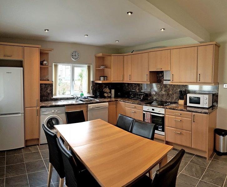 sala de jantar cozinha totalmente equipada com geladeira, freezer, máquina de lavar roupa e máquina de lavar louça