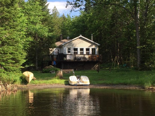 Zimackay Lakefront Cottage Rental Pet-friendly Laurentians Quebec, aluguéis de temporada em Grenville-sur-la-Rouge