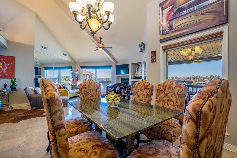 mesa de granito com assentos confortáveis para seis. Jante em se desejado. A cozinha é carregado para cozinheiros.