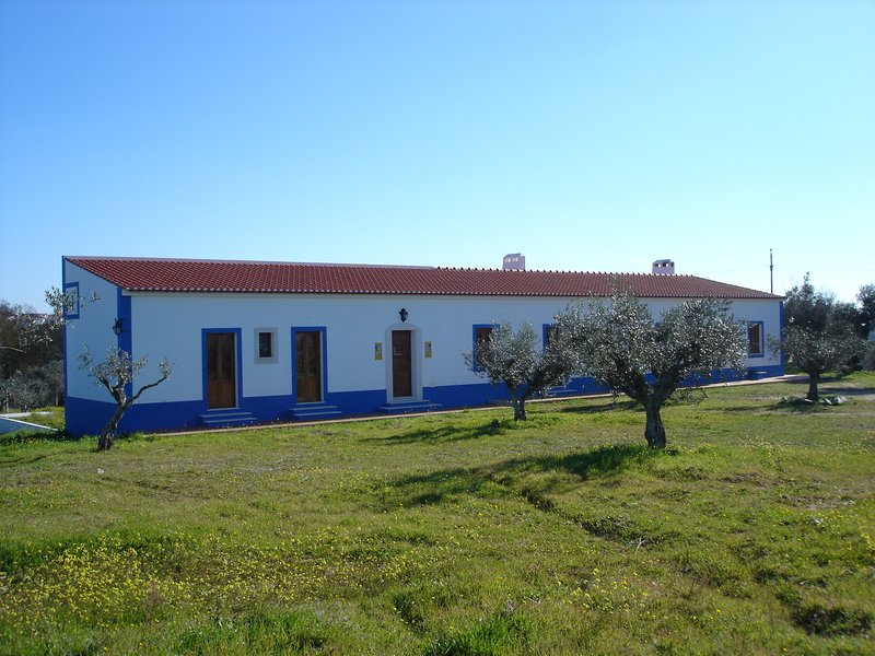 Spacious house with mountain view, location de vacances à Portel