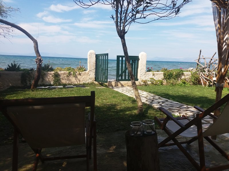 HOME MARO - DREAM BEACH HOUSE(LOVENGLY RENOVATED)!, vacation rental in Lefkimi