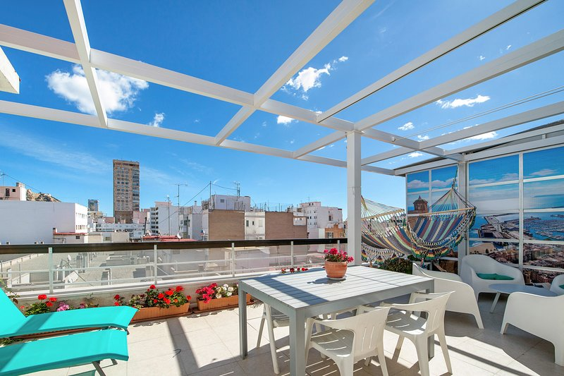 Lovely penthouse in city centre, vacation rental in Alicante