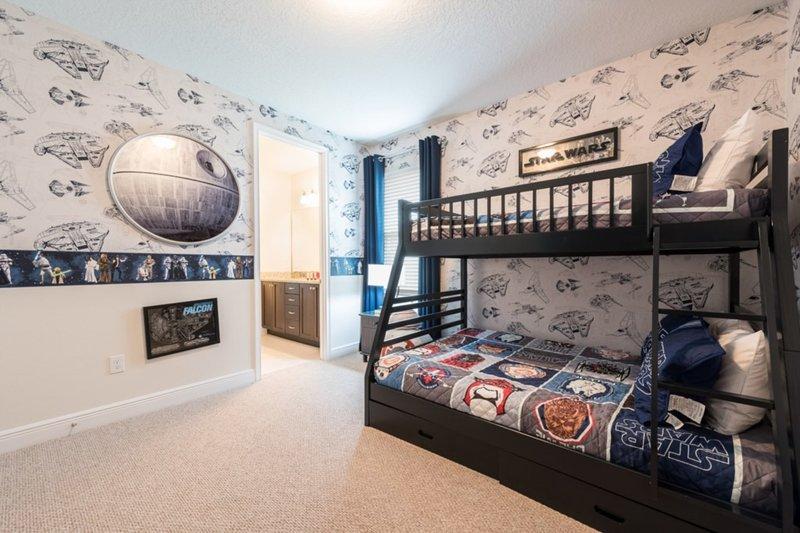 Dos habitaciones temáticas infantiles como 'Mickey Mouse' y 'Star Wars'! con baño