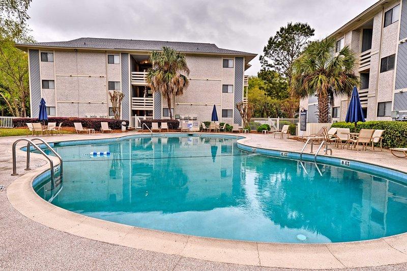 Resort-Style Hilton Head Condo - Walk to Beach!, holiday rental in Parris Island