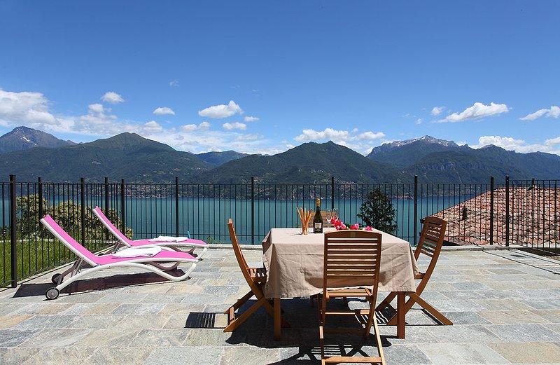 Stor terrass med 180 graders utsikt över sjön