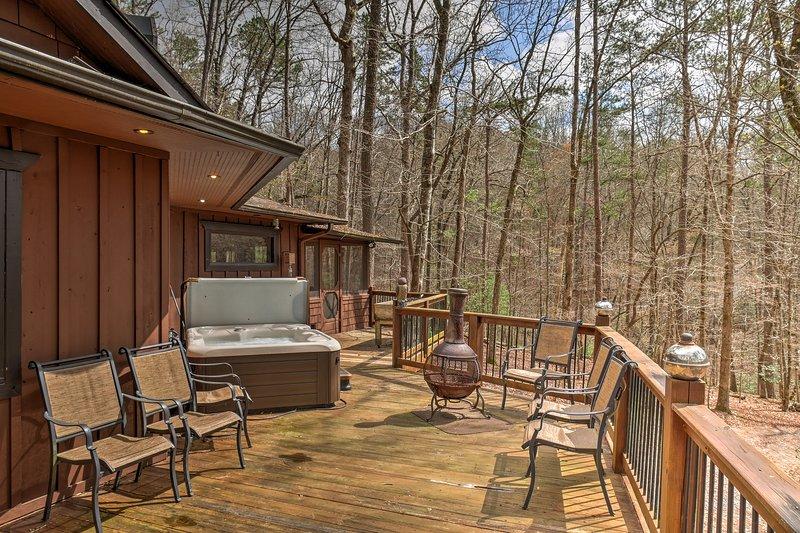 Esta casa cuenta con una bañera de hidromasaje, 2 pozos de fuego, y una gran terraza.