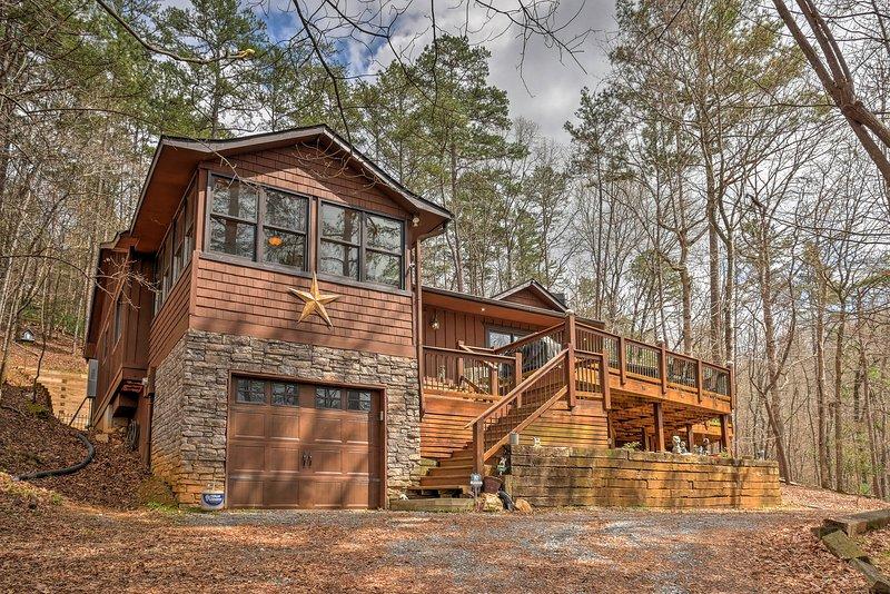 Escape a Ellijay en este 2 dormitorios, 2 cabina de alquiler-vacaciones de baño rústico.