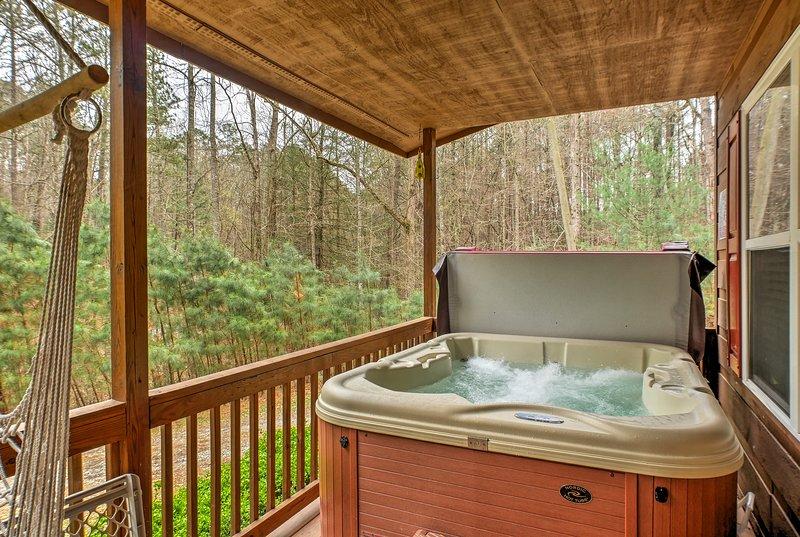 Cette maison dispose d'un bain à remous, un foyer et un grand porche.