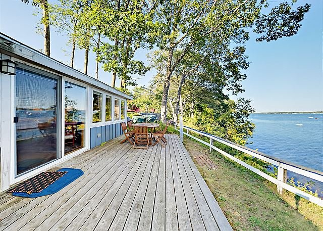 Waterfront Cottage w/ Fireplace & Deck - Minutes to Downtown, vacation rental in Freeport