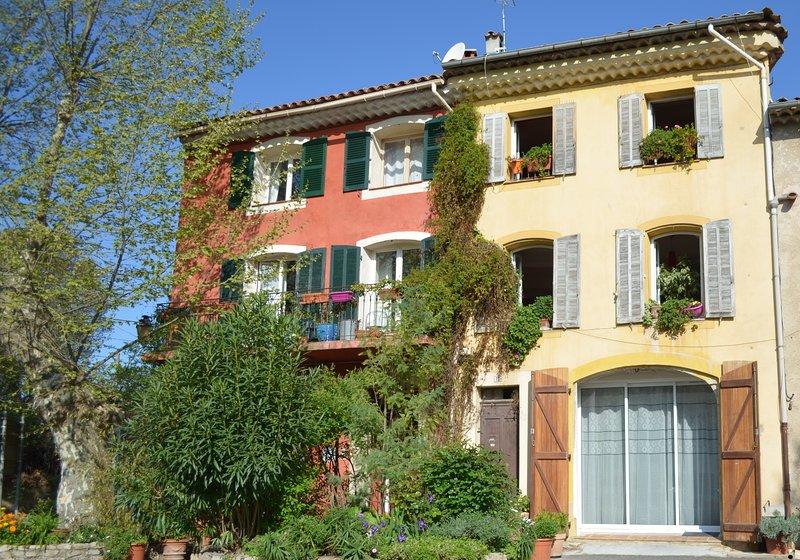 Fassade der typisch provenzalischen Gebäude