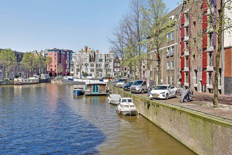 Streetside canalhouse