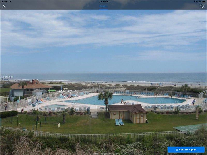 Der Blick vom Balkon blicken Sie auf den größten Pool am Meer auf Hilton Head Island.