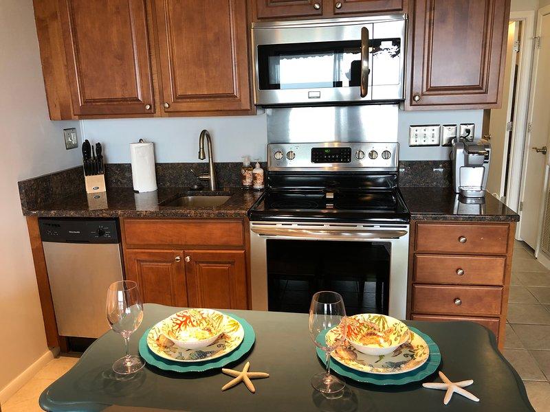 Voll ausgestattete Küche mit allen Annehmlichkeiten, sollten Sie einen in vollen Größe Herd und Kühlschrank gehören müssen.