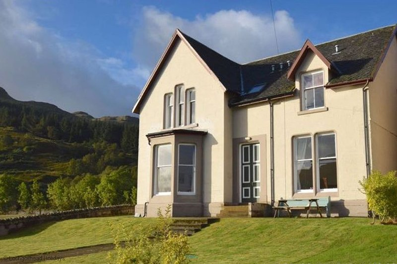 Beach House at Carrick Castle - 4 bedroom villa overlooking Loch Goil, holiday rental in Loch Lomond and The Trossachs National Park