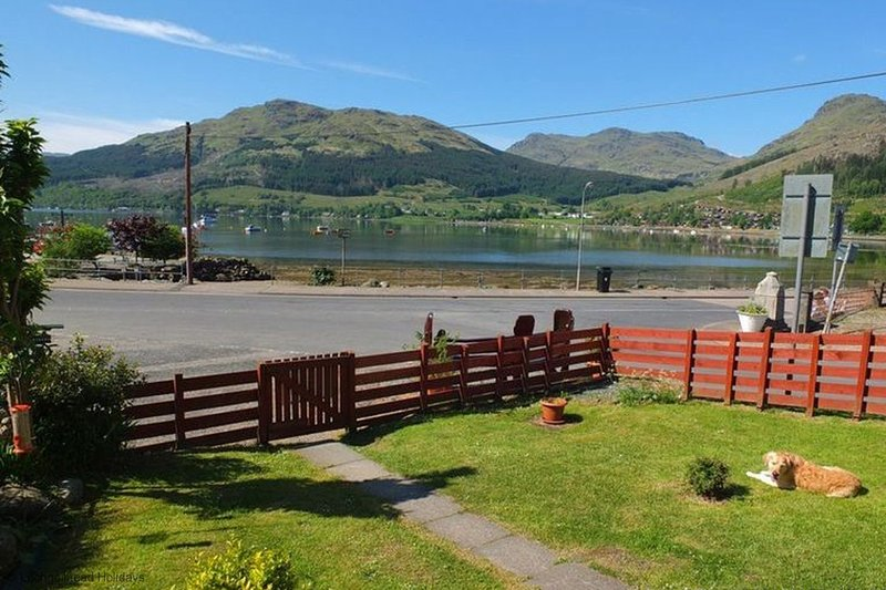 Armadale Cottage - 2 bedroom cottage with garden and loch view, aluguéis de temporada em Arrochar