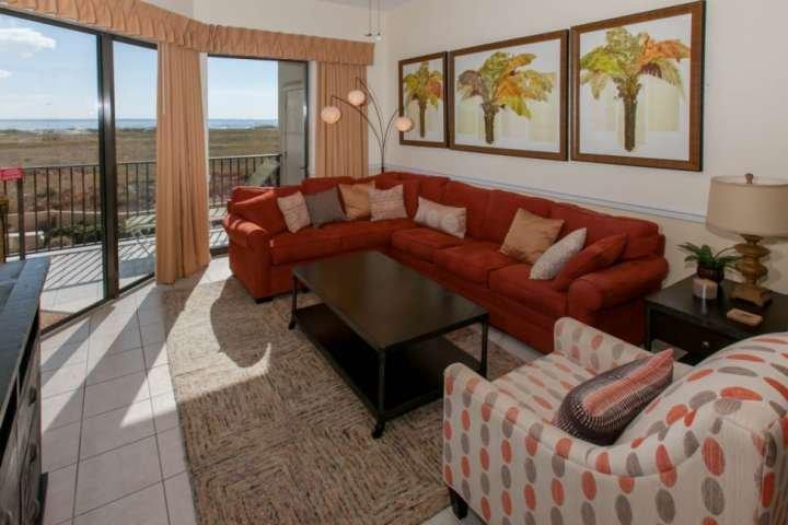 quarto com piso de azulejo, de estar vivendo para 7 e ventilador de teto