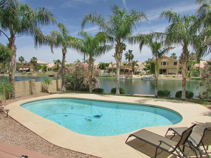Splendida vista sul lago da patio, piscina e darsena