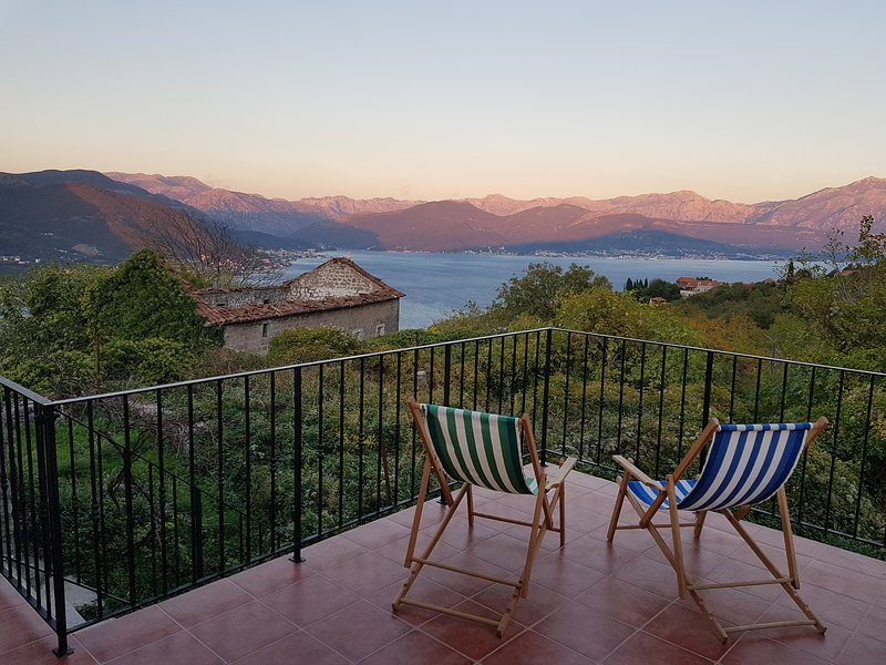 Villa Zabrdje, recently renovated, incredible view, vakantiewoning in Gemeente Kotor