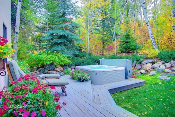 The Peaceful & Private Back Deck hat ein brandneues 7 Person Hot Tub