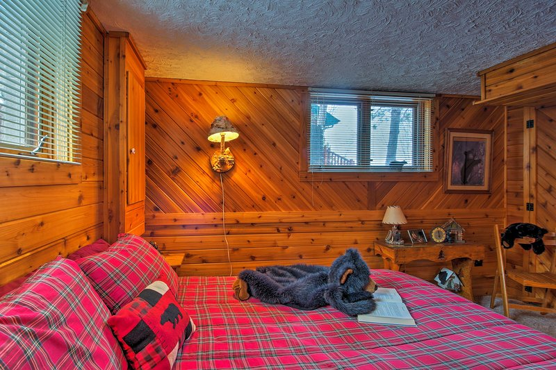 Charming rustic decor and bear accents adorn the fourth bedroom.
