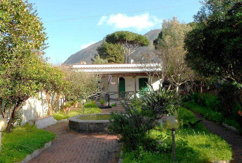 giardino e facciata della villa