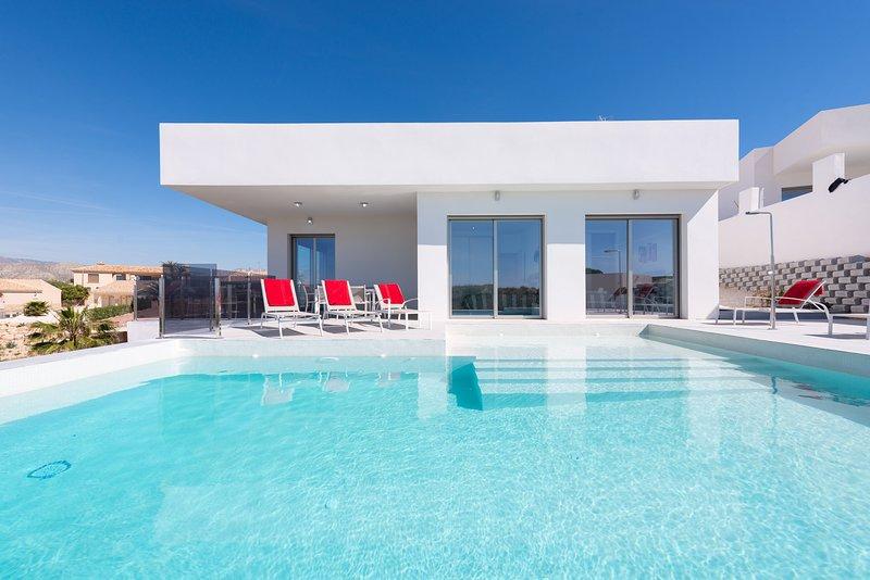 Busot Hills, Brand New Spectacular Villa, Sleeps 10, alquiler de vacaciones en Busot