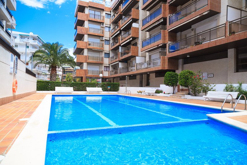 UHC CASALMAR 056: Centrally located apartment with communal pool. Enjoy it!, holiday rental in Tarragona