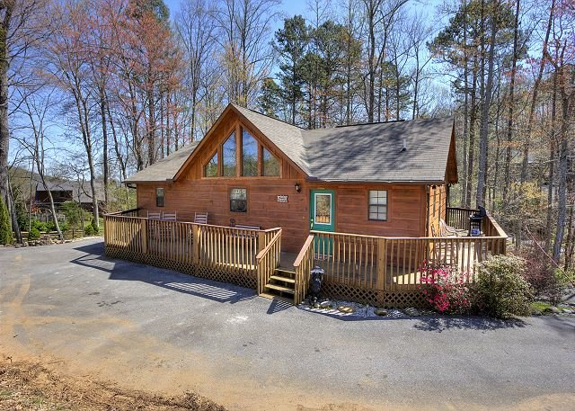 Large, Private Game Room Cabin with yard for children / Seasonal pool access!, holiday rental in Wears Valley