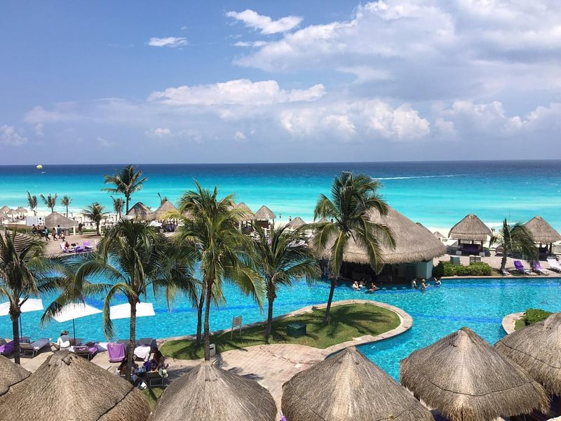 Luxury, full service, 4.5 star oceanfront resort in the hotel zone, location de vacances à Cancún