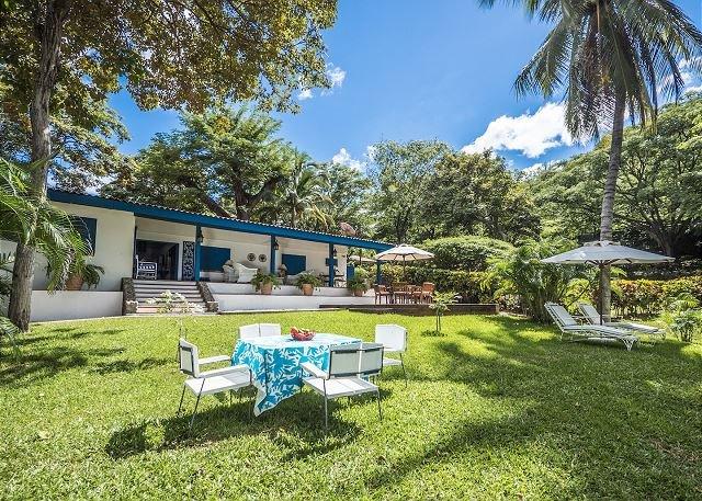 Traditional Beachfront house with staff available, aluguéis de temporada em Playa Hermosa