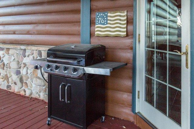 Enveloppez porche, endroit idéal pour avoir ce barbecue à la truite fraîche