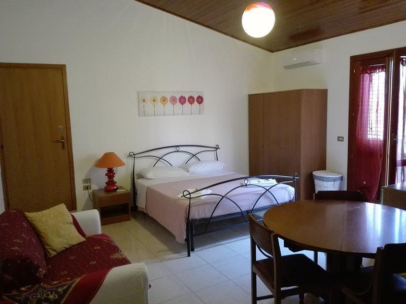 Ampio e luminoso monolocale indipendente, holiday rental in Militello in Val di Catania
