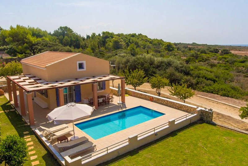 Antigoni Beach House: Large Private Pool, Walk to Beach, Sea Views, A/C, WiFi – semesterbostad i Spartia