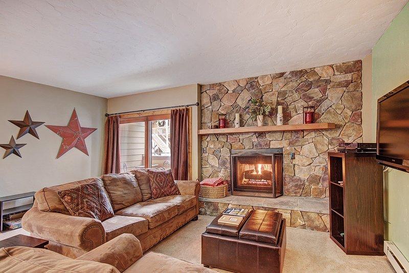 SkyRun Property - 'Sundowner II 201' - Spacious living room with gas fireplace