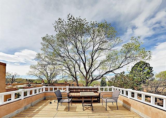 Casa Las Rosas: Adobe Condo w/ Rooftop Deck & Garden Courtyard - Near Plaza, holiday rental in Santa Fe