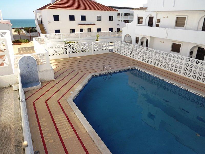 2 Bed apartament with pool in The Strip, alquiler de vacaciones en Areias de Sao Joao