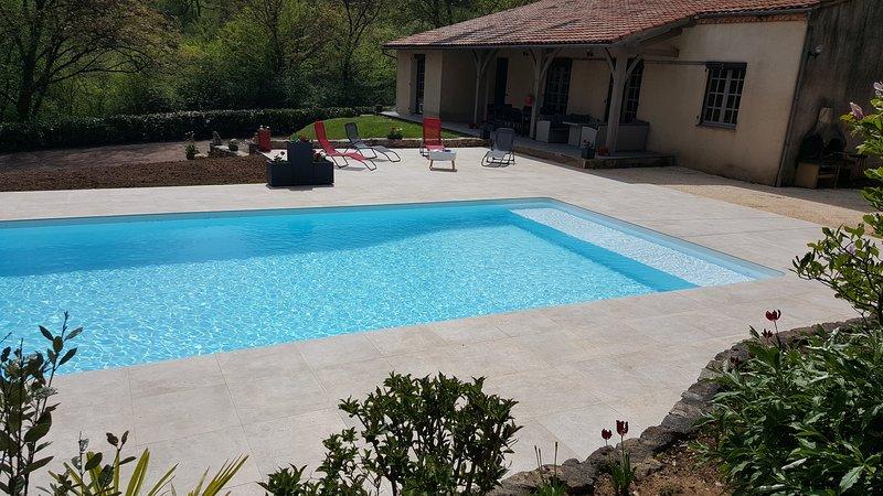 Spacious villa with swimming-pool, location de vacances à Condezaygues