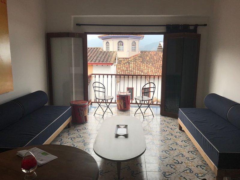 Quando você entra no sótão, você encontra a sala de estar que é um espaço simples, Los Sofacama