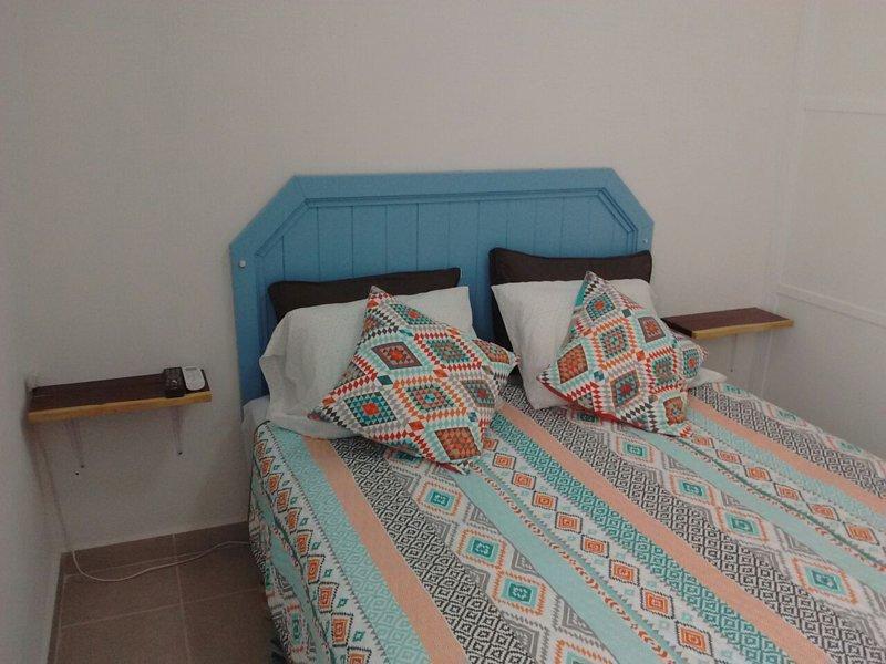 sala principal, cama de matrimonio y aire acondicionado