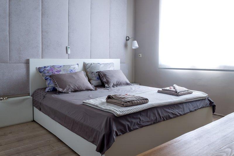 Helle Doppelbett Schlafzimmer mit TV