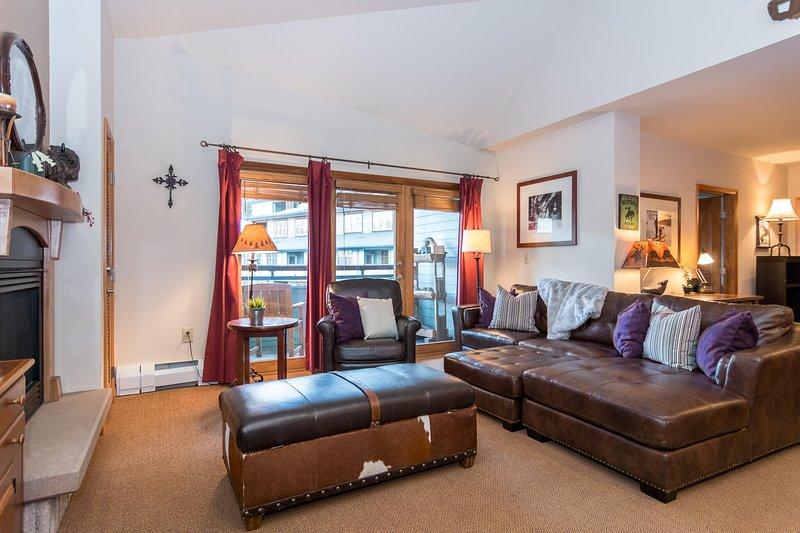 Nouveau canapé en cuir surdimensionné dans la salle familiale