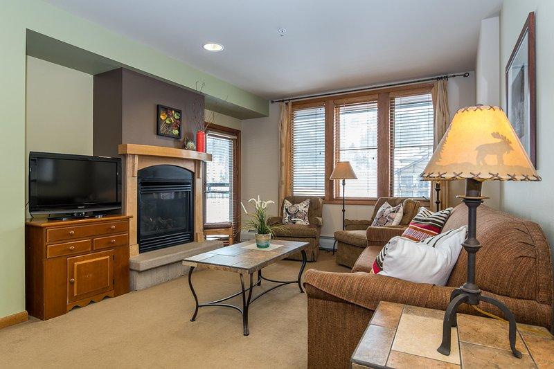 Moderner, einladender Wohnbereich mit Flachbild-TV.