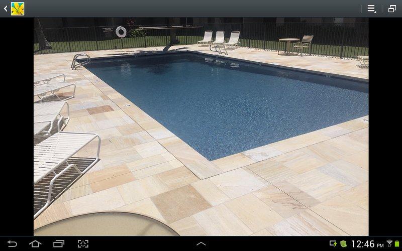 Notre piscine chauffée avec une nouvelle pierre entourant