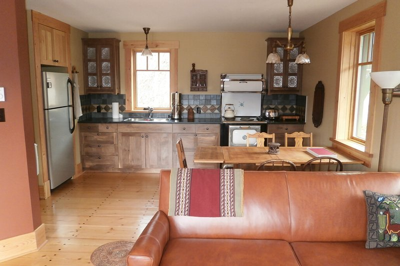 BioBio ( Eco) Guest House on organic farm 10 min from Nelson, holiday rental in Nelson