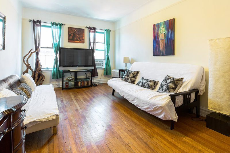 Beautiful Comfortable Sunny NYC Flat-Free Wifi, Large Space & Near Rail/Subway, holiday rental in Cambria Heights